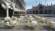 Seltener Anblick: leere Stühle und Tische vor einem Restaurant am Markusplatz in Venedig