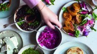 Maisfladen gehen immer: Arepas mit schwarzen Bohnen & Salsa verde