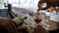 Sommeliers dekantieren vor einer Veranstaltung im Kronenschlösschen Rotwein. (Symbolbild)