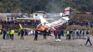 Das verunglückte Flugzeug am Flughafen Lukla
