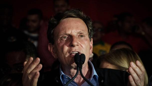 © AFP Rios neuer Bürgermeister Marcelo Crivella hält am Sonntagabend in Rio seine Siegesrede.