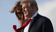 Auf dem Weg ins Osterwochenende: Amerikas Präsident Donald Trump und First Lady Melania