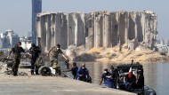 Französische und libanesische Soldaten am zerstörten Hafen von Beirut