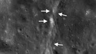 Überschiebungen auf dem Mond (gekennzeichnet durch Pfeile) scheinen Mondbeben auszulösen, wie nun eine Studie auf der Grundlage von Daten der Apollo- und Lunar Reconnaissance Orbiter Missionen ergab.