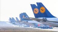 """Die Lufthansa habe mit einer radikalen Reduzierung des Flugbetriebes und zahlreichen Sparmaßnahmen die Kosten bereits """"massiv"""" gesenkt, sagte Spohr."""