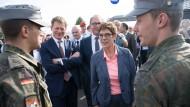 Anerkennung für die Truppe: Kramp-Karrenbauer begrüßt beim Tag der offenen Tür der Bundesregierung zwei Soldaten.