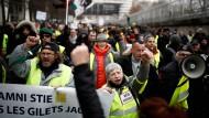 """Anhänger der """"Gelbwesten""""-Bewegung protestieren in Paris."""