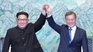 Archivbild vom April: Südkoreas Präsident Moon Jae-in und Nordkoreas Machthaber Kim Jong-un in Panmunjom. Die beiden werden sich der nächsten Woche in Pjöngjang wieder sehen.