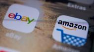 Die Logos der Apps des Online-Shops Amazon und des Online-Marktplatzes Ebay sind auf dem Display eines Smartphones zu sehen.