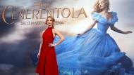 """Lily James musste für die Dreharbeiten von """"Cinderella"""" ein Korsett tragen, das ihr eine fast unnatürliche Wespentaille bescherte."""