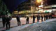 Polizisten am Weserstadion nach einem Spiel gegen Hamburg im September: In Bremen gibt es bereits ein Modell, das regelt, wer Einsätze von Hochrisikospielen bezahlt.