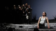 Don Giovanni (Birger Radde, rechts) erwartet Masetto (Stephen Clark, Mitte) und dessen Mannen.
