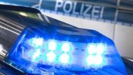 Flaschenwürfe gegen Beamte: Polizei beendet illegale Party gleich zweimal
