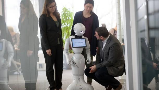 © Marcus Kaufhold Lernwillig: Der nette Roboter Pepper zeigt bei ICS, was er kann – oder auch noch nicht kann.