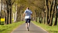Der Körper setzt den Energieverbrauch bei anhaltenden Strapazen durch den Verzicht auf andere Aktivitäten derart herab, dass er möglichst unter der energetischen Grenze für eine schadlose Belastung bleibt.