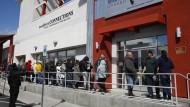 In Las Vegas stehen viele Menschen an für Arbeitslosenunterstützung.