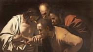 """Zeig mir deine Wunde: Caravaggios Gemälde """"Der ungläubige Thomas"""" (1600/1601) lässt dem Gläubigen keinen Zweifel an Tod  und Auferstehung."""