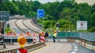 Jüngstes Beispiel für die teils marode Infrastruktur: Die Salzbachtalbrücke nahe Wiesbaden muss gesprengt werden.