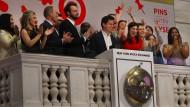 Pinterest-Mitarbeiter feiern das Börsendebüt ihres Unternehmens.