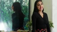 Rupi Kaur weiß, dass nicht nur ihre Gedichte komponiert sein wollen: Die Bücherreihe neben der kanadischen Instagram-Berühmtheit signalisiert Belesenheit.