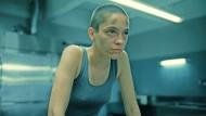 Schlägt zurück: Lidia (Ioana Ilinca Neacsu) hat mehrere Geiseln in ihrer Gewalt. Wird sie die Kontrolle behalten?