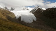 Das Eis eines Gletschers in Kirgistan