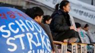 Südkoreanische Studenten halten Banner während einer kleinen Kundgebung am Tag des globalen Klimastreiks 2019.