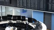 Leere Schreibtische an der Frankfurter Börse im März