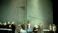 """Asozialer Wohnungsbau: Eine Betonkiste stellte Jens Kilian 2003 für Christof Nels Inszenierung der """"Frau ohne Schatten"""" auf die Drehbühne der Oper Frankfurt."""
