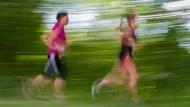 Mehr als dreimal in der Woche joggen sollte niemand, sagt ein Sportmediziner.