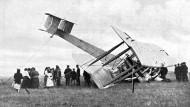 John Alcock und Arthur Whitten Brown landen nach dem ersten Nonstopflug über den Atlantik etwas unsanft am 15. Juni 1919 auf einer irischen Wiese.