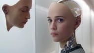"""Was braucht eine KI, um menschliche Tätigkeiten perfekt nachahmen zu können? Alicia Vikander in einer Szene aus Alex Garlands Film """"Ex Machina"""""""