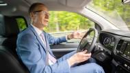 Der Opel-Chef Michael Lohscheller während der Fahrt am Steuer eines Zafira Life
