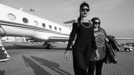 Farbfilm ist bleich gegen dieses Schwarzweiß: Mit Jennifer Rosales (rechts) im Jahr 2013 in Macau auf der Diamonds World Tour.