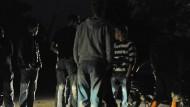 Nahe einem Weiher in Freising trafen sich am Freitagabend etwa 300 Jugendliche. (Symbolbild)
