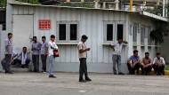 Bangen um den Job: Arbeiter vor der Fabrik des großen Autoherstellers Maruti Suzuki in Manesar