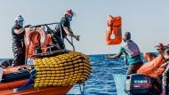 """Mitarbeiter der """"Ocean Viking"""" retten am 30. Juni einige Migranten aus dem Mittelmeer"""