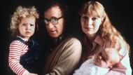 Ein Bild aus besseren Tagen? Das ist die Frage. Woody Allen mit Adoptivtochter Dylan auf seinem Arm, seine Lebensgefährtin Mia Farrow mit dem gemeinsamen Sohn Satchel im Jahr 1988.