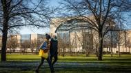 Kehrt nach Ostern wieder Normalität ein? Spaziergänger im Park neben dem Kanzleramt