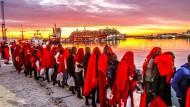 Einwanderer aus Nordafrika stehen am Hafen von Malaga. Im Alboran-Meer (Mittelmeer) waren im Oktober fünf Boote mit insgesamt 262 Menschen aus Seenot gerettet worden.