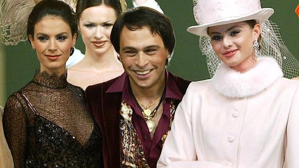 © Reuters Barbaros Sansal mit Models bei einer Schau 2004
