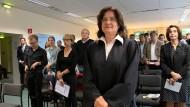 Klagte gegen den ausschließlich von Jungen besetzten Staats- und Domchor Berlin, der sich weigert, ihre Tochter als aktive Sängerin aufzunehmen: Rechtsanwältin Susann Bräcklein im Plenarsaal des Verwaltungsgerichtes