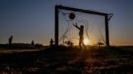 Kinder spielen in der Nähe von Frankfurt Fußball.