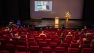 Die Schriftstellerin Elke Erb hielt ihre Dankesrede bei der Verleihung des Georg-Büchner-Preises, während sie selbst im Publikum saß.