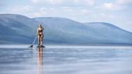 Schon der Sommer 20218 war in Lappland fast nur nackt zu ertragen: Santra Hostikka paddelt auf dem Pallasjärvi.