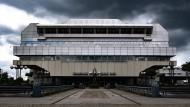 Dunkle Wolken ziehen über das seit 2014 stillgelegte Kongresszentrum ICC am Messegelände.