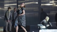Jenůfa (Camilla Nylund) läuft vor Steva (Ladislav Elgr) davon.