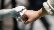 """Bro-Fist zwischen Mensch und Maschine beim """"Speed Dating mit KI"""" im November in Hamburg: Stärkt oder schwächt der Einsatz künstlicher Intelligenz im Alltag die humane Souveränität?"""