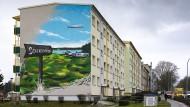 """Hier geht es Richtung Zukunft: Ein Graffiti des städtischen Prestigeprojekts """"Sonnenkap"""" an einer Prenzlauer Hauswand"""