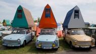 Nostalgie verbindet: Trabis mit einem Autodachzelt aus DDR-Produktion beim alljährlichen Treffen im Mai 2018 in Anklam.
